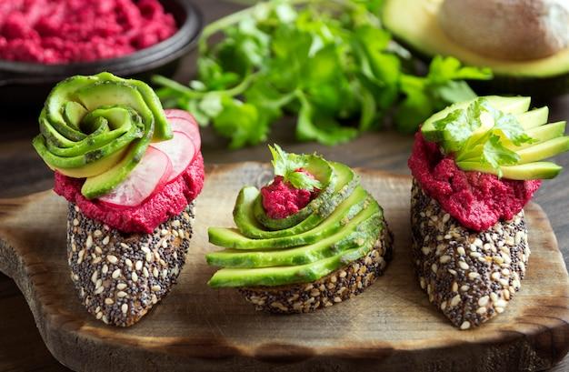 Nützliche sandwiches mit zuckerrübenhummus und avocado