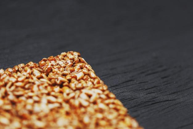 Nützliche snacks. fitness diätkost. boletchik aus kozinaki sonnenblumenkernen, energieriegel. ansicht von oben. kopieren sie platz