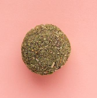 Nützliche süße bonbons aus getrockneten früchten energiekugeln mit minz-nahaufnahme