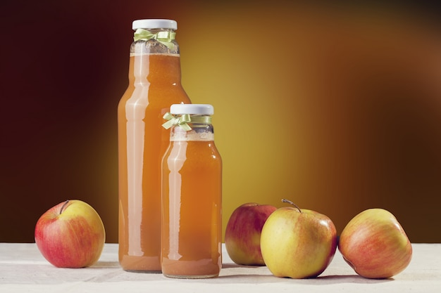 Nützlicher apfelsaft mit äpfeln herum auf holztisch