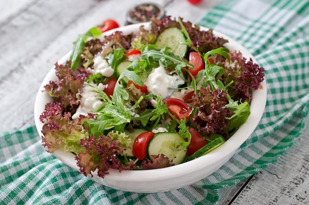 Nützlicher diät-salat mit hüttenkäse, kräutern und gemüse