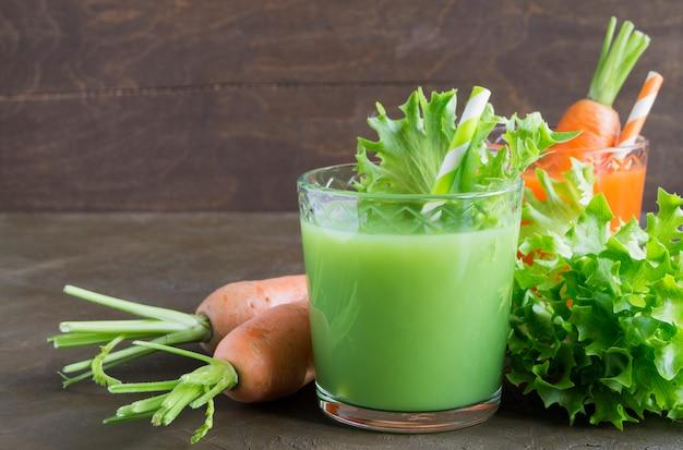 Nützlicher gemüsesaft aus grünem gemüse. entgiftung.