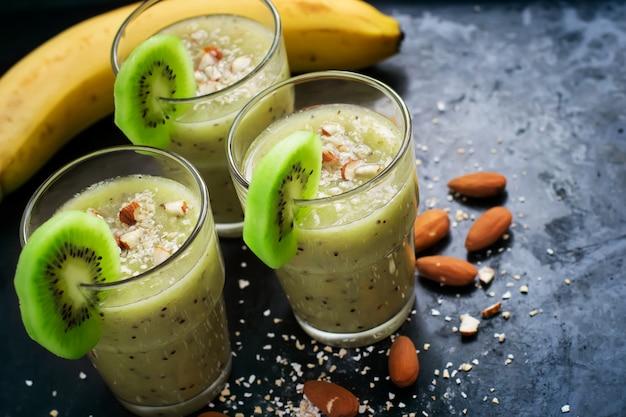 Nützlicher smoothie mit frucht-, mandel- und haferkleie