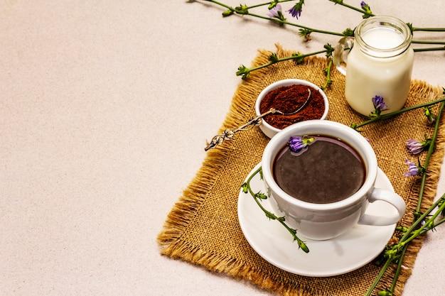Nützliches chicorée-getränk und blumen