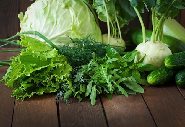 Nützliches grünes gemüse auf einem holztisch