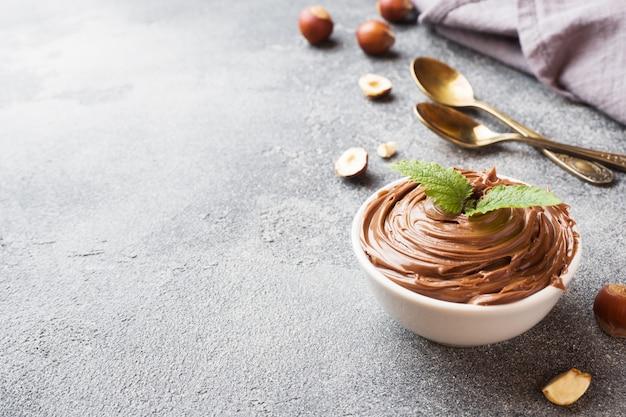 Nugatnussschokolade in einer platte auf einem dunklen konkreten hintergrund