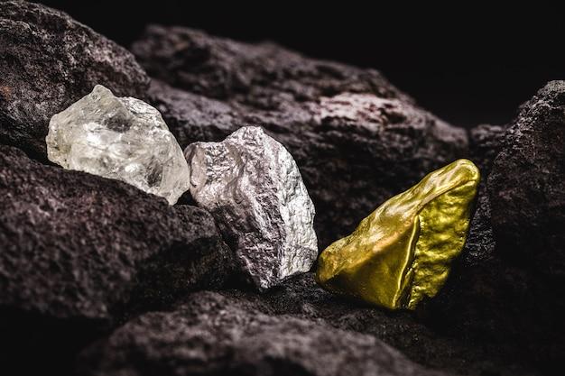 Nugget aus silber- und goldstein und rohdiamant, in der mine, konzept des edelsteinabbaus oder der mineralgewinnung, mineralogieindustrie