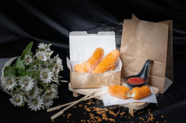 Nuggets, golden frittiertes essen, innen gefüllt