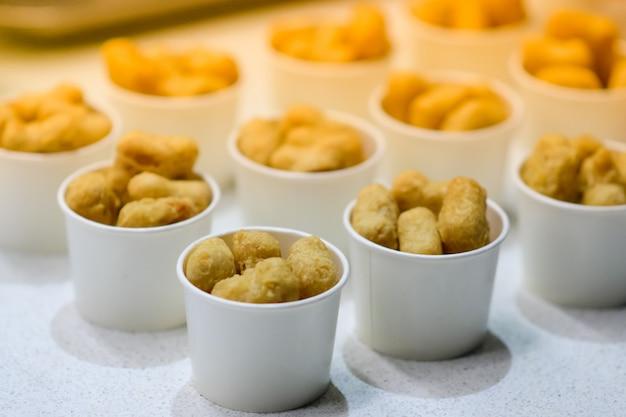Nuggets in einer papierbox.