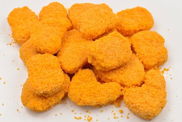 Nuggets isoliert auf einem weißen Premium Fotos