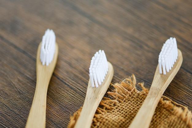 Null abfall badezimmer verwenden weniger kunststoff-konzept / bambus-zahnbürste auf dem sack öko natürlichen kunststoff freie gegenstände