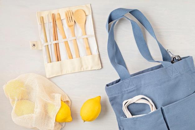 Null-abfall-kit. set aus umweltfreundlichem bambusbesteck, mesh-baumwolltasche, wiederverwendbarem kaffeebecher, bürsten und wasserflasche. nachhaltiges, ethisches, plastikfreies konzept