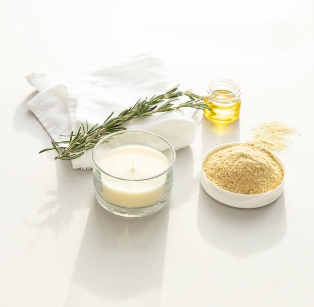 Null-abfall-körperpflegeprodukte. natürliches senfkorn-körper-scrab, getrockneter eukalyptus-zweig. anti-cellulit-programm, entgiftung, sättigung der haut mit vitaminen