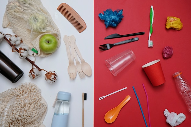 Null-abfall-konzept. plastikmüll gegen umweltfreundliche wiederverwertbare produkte