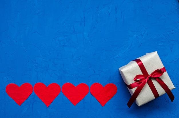 Null-abfall-konzept. umweltfreundliche flachsherzen von klein bis geschenk auf blauem hintergrund. herzlichen glückwunsch zum valentinstag, geburtstag oder anderen feiertagen. horizontale ausrichtung