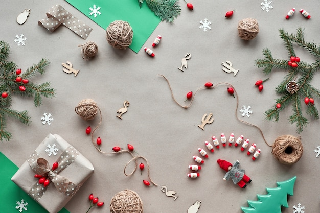 Null abfall weihnachten, konzept flaches layout auf rustikalem holz. handgefertigte geschenke, natürliche weihnachtsdekorationen aus biologisch abbaubaren materialien, kunststofffrei. flache lage, draufsicht, natürliche tannenzweige.