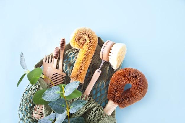 Null abfallreinigung, kunststofffreie öko-natur-kokosnussbürsten zum geschirr spülen, kamm, zahnbürste, glasstrohhalme, umweltfreundliche flachlage.