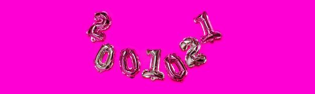 Null, eins, zwei zahlen in form von goldenen und silbernen luftballons auf lila hintergrund