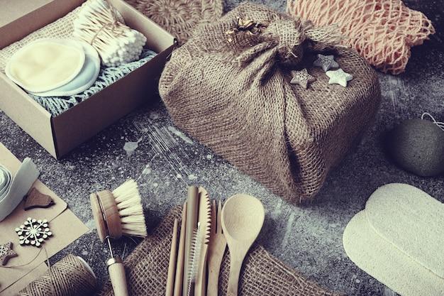 Null verschwendet weihnachtsgeschenke. umweltfreundliche produkte auf dem tisch.