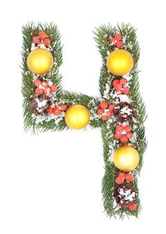 Nummer 4 aus weihnachtstannenzweig und dekorationen