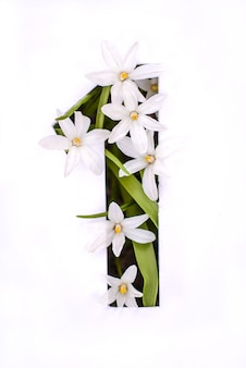 Nummer eins: weiße schablone mit kleinen blüten