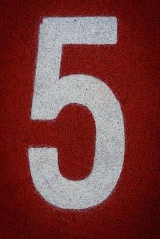 Nummer fünf beim start einer laufstrecke im stadion