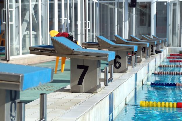 Nummer nachttisch für den sprung des athleten zum pool