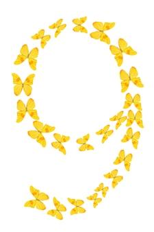 Nummer neun aus gelben tropischen schmetterlingen isoliert auf weißem hintergrund