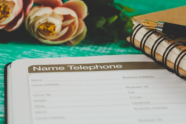 Nummer telefonliste auf der seite von tagebuch planer mit farbton.