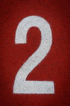 Nummer zwei am start einer laufbahn im stadion