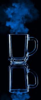 Nur ein glas auf einem schwarzen hintergrund mit einer reflexion. blaue farbe mit dampf. isoliert.
