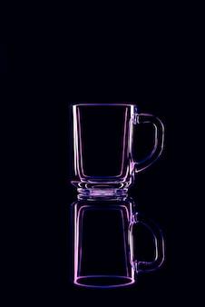 Nur ein glas auf einem schwarzen hintergrund mit einer reflexion. lila farben. isoliert.