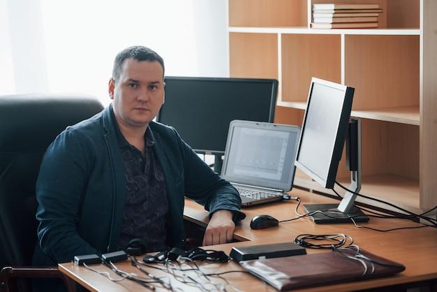 Nur eine person. der polygraph-prüfer arbeitet im büro mit der ausrüstung seines lügendetektors