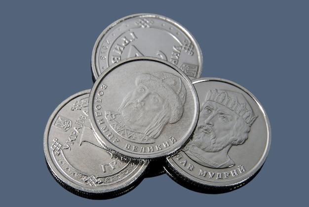 Nur wenige ukrainische griwna-münzen der neuen probe auf einer dunklen oberfläche