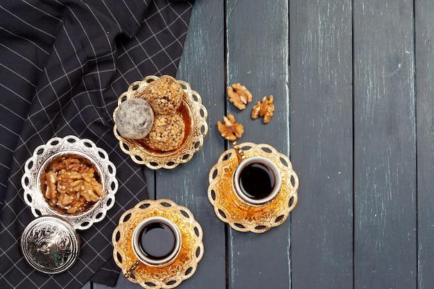 Nussbällchen-nachtisch serviert mit kaffee auf dunklem holztisch, draufsicht