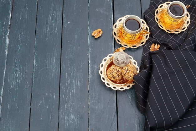 Nussballnachtisch diente mit kaffee auf dunklem holztisch, draufsicht