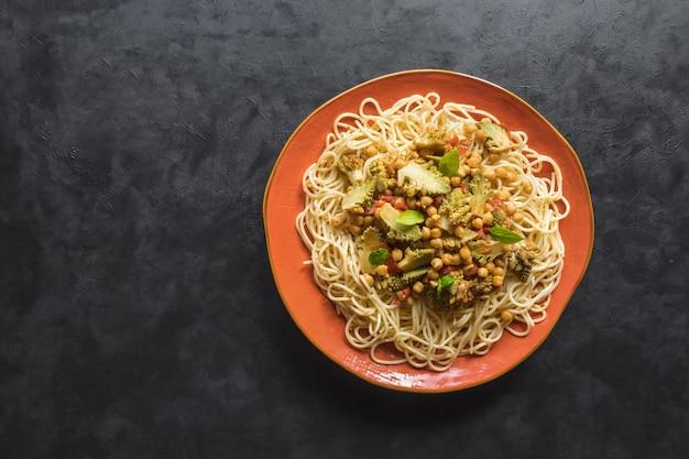 Nussig geröstetes romanesco-curry mit nudelhintergrund