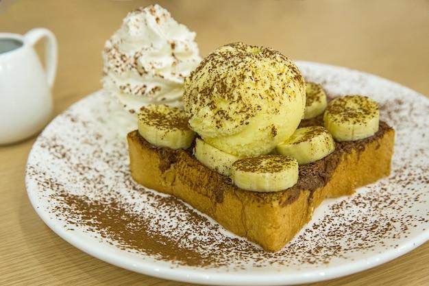 Nutella banane french toast mit eis, mit kakaopulver bestreuen.