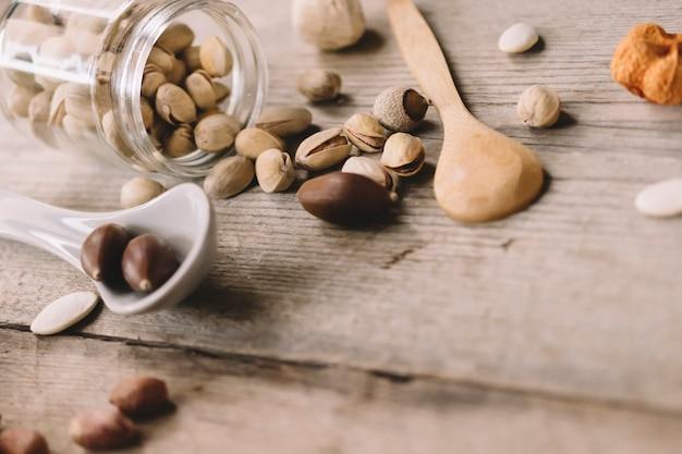Nuts konzept mit löffeln