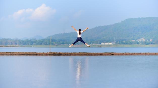 Nutzen für die gesundheit und bewegung. reisen und die zeit allein genießen. neues normales leben nach covid-19. social distancing und solo-outdoor-aktivitäten.