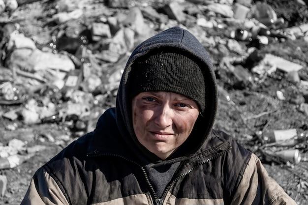 Obdachlose frau lebt auf einer mülldeponie