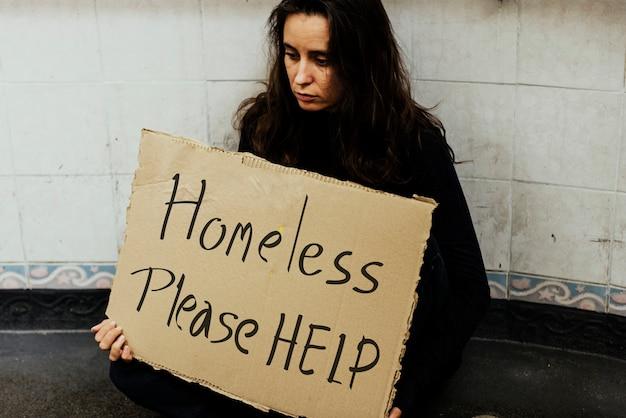 Obdachlose hungrige frau, die um hilfe bittet
