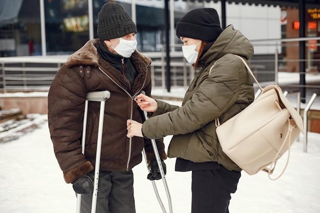 Obdachlose in einer winterstadt.