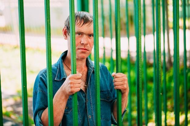 Obdachlose männer, die die freundliche stellung im freien sind