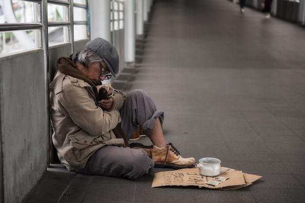 Obdachlose schlafen und bierflasche halten