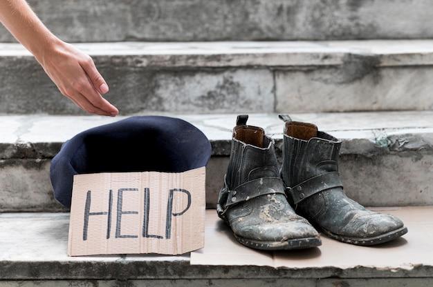 Obdachloser, der um hilfe bittet