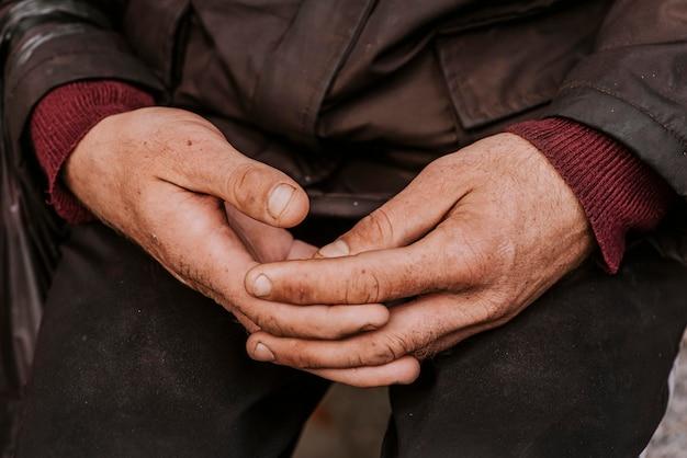 Obdachloser hält seine hände