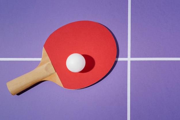Oben ansicht ball auf tischtennispaddel