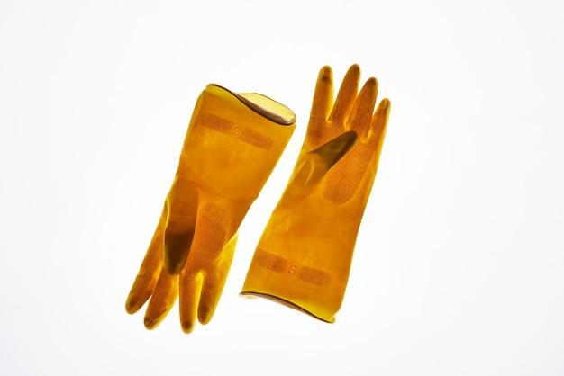 Oben ansicht bei gelben gummihandschuhen isoliert, abfall-sortier- und managementkonzept
