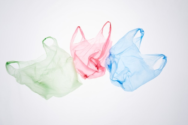 Oben ansicht bild von recycelbaren plastiktüten isoliert, abfallsortierung und managementkonzept